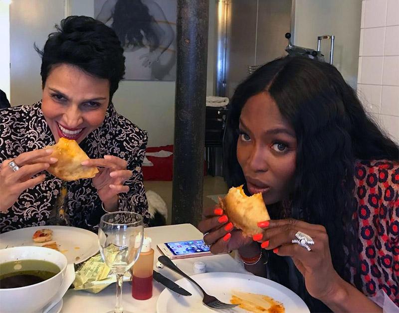 Quand Naomi Campbell et Farida Khelfa savourent une Brika des mains de Alaia