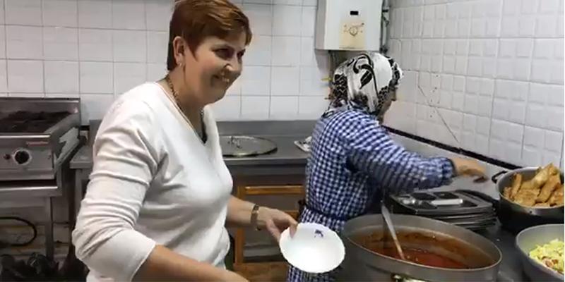 En vidéo: L'ambassadrice Carol McQueen cuisinière et serveuse bénévole !