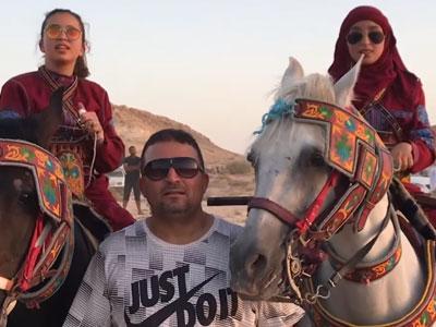 En vidéo : Deux jeunes cavalières galopant au milieu des hommes