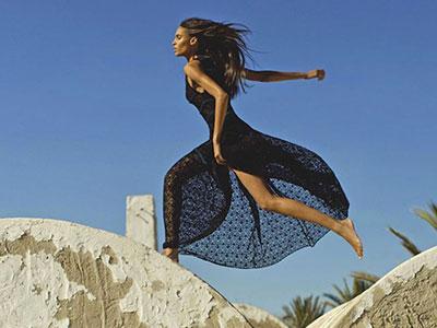 En vidéo : La top-modèle Cindy Bruna célèbre Azzedine Alaïa en Tunisie