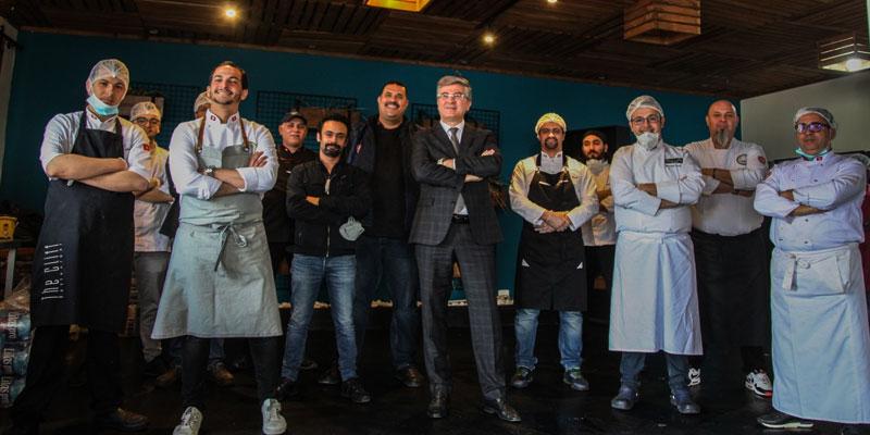 محمد علي التومي يزو الطهاة المتطوعين لتأمين الوجبات الغذائية و يدعمهم