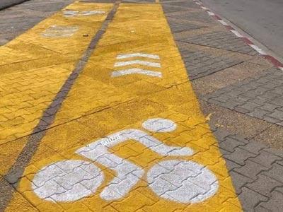 Un trottoir transformé en une piste cyclable à Ezzahra