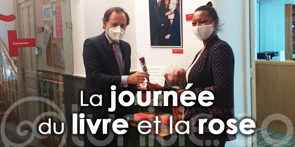 Un livre et une rose à tous les invités de l'Instituto Cervantes Túnez