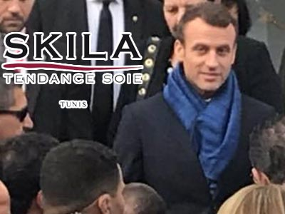 Emmanuel Macron se pare d'une belle écharpe artisanale tunisienne