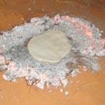 Découvrez Khobz el Mella, le pain du Sud cuit dans le sable au milieu de la braise