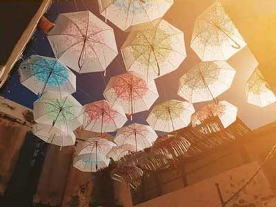 En Photos : Une magnifique rue des parapluies à Houmet essouk
