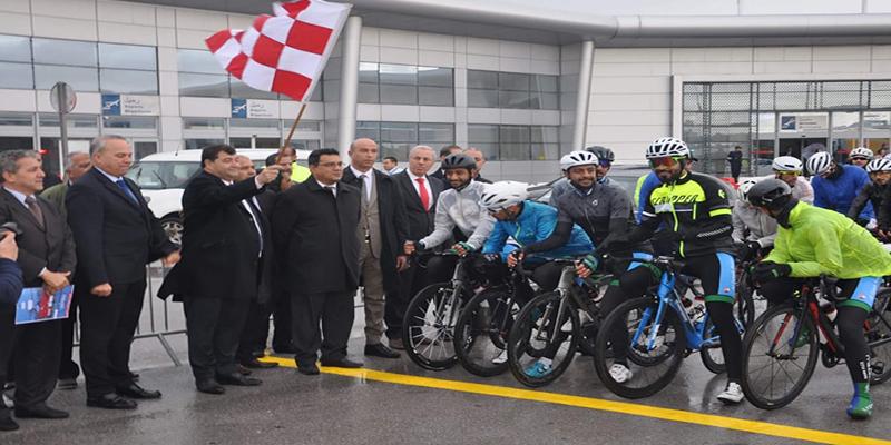 روني الطرابلسي يعطي اشارة انطلاق الدورة 17  لسباق الدراجات بين المطارات