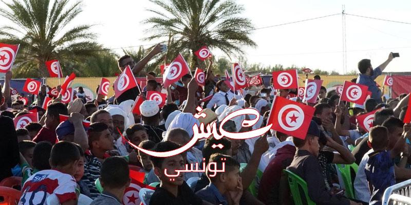 بالصور : عندما يجتمع أهالي رجيم معتوڨ أمام شاشة عملاقة لتشجيع المنتخب التونسي
