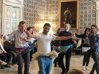L'ambassadrice du Royaume Uni apprend la dance populaire tunisienne avec Rochdi Belgasmi