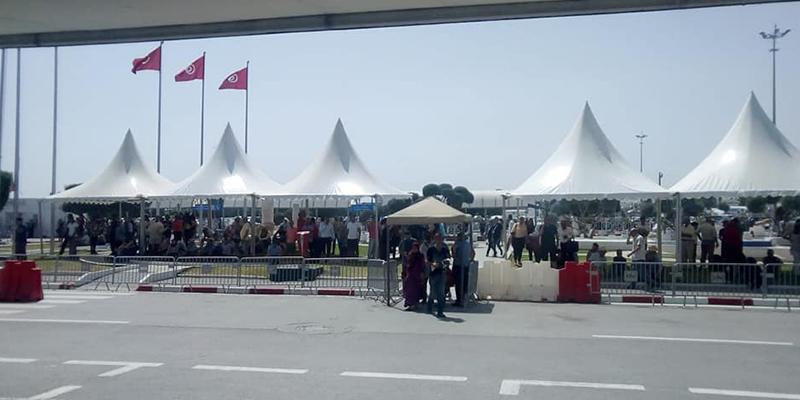 Installation de tentes géantes à l'aéroport de Tunis-Carthage