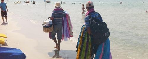 Des marchands ambulants sur la plage