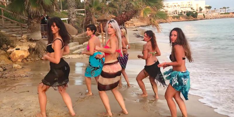 Quand le groupe de Sara López danse la kizomba sur la plage de la Hammamet